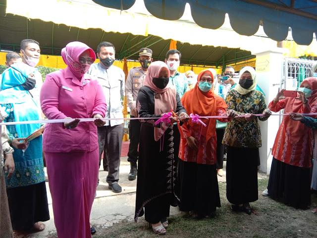 Hj Rahmah Abdullah SH Resmikan Expo HUT UKM Mandiri Gampong Lamkeunung