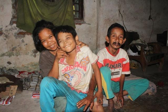 Kisah Miris Pak Sarip, Guru Ngaji yang Psikisnya Terganggu karena Terlilit Utang Pengobatan Anaknya