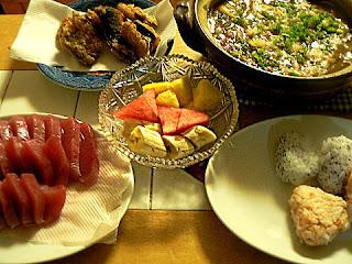 夕食の献立 カレー鍋 おにぎり2種 マグロ刺身 サバ竜田揚げ