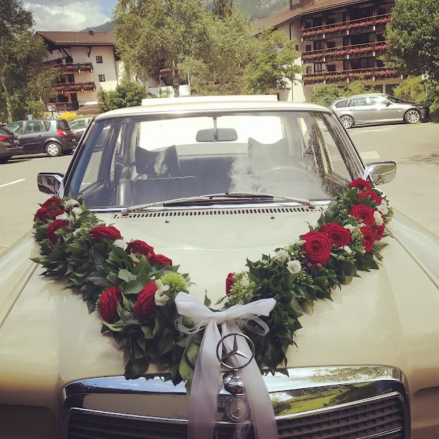 Hochzeitsauto Mercedes Oldtimer, Bunte Sommerblumen-Hochzeit am See und in den Bergen, Riessersee Hotel Garmisch-Partenkirchen, Bayern, nahe der Zugspitze, Hochzeitsplanerin Uschi Glas