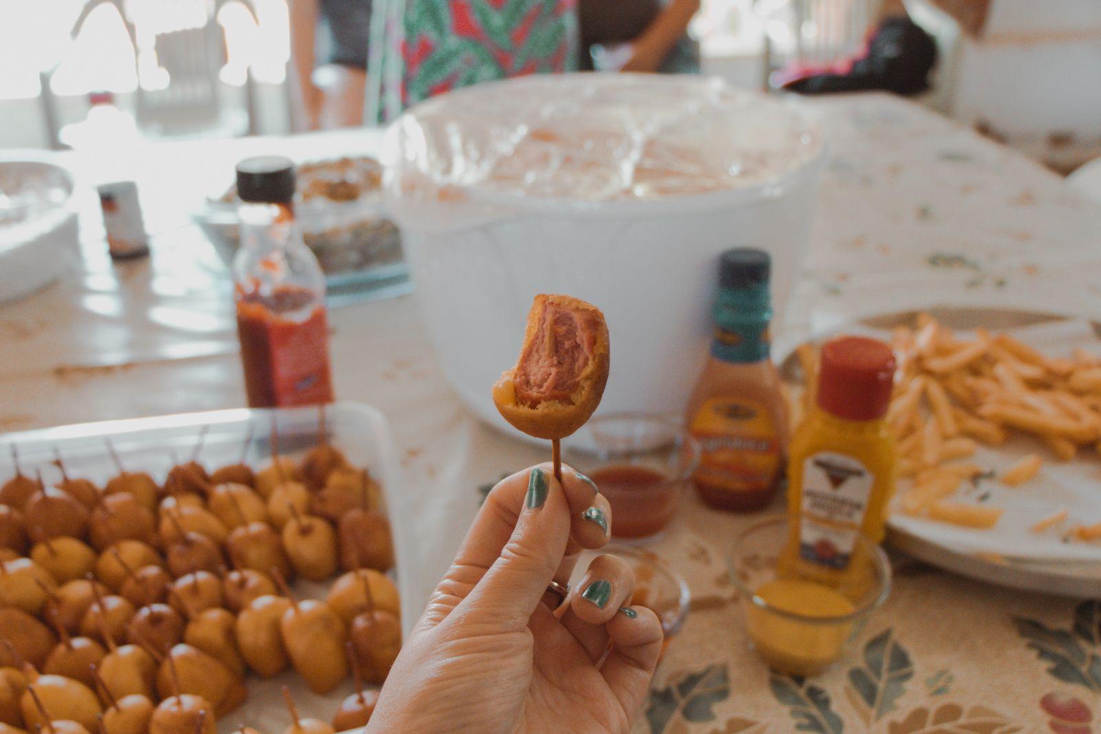 Aniversário com Paella e provando mini Corn Dogs