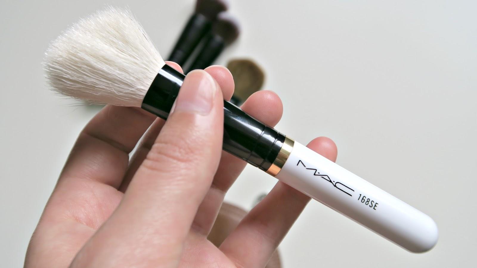 Pinceau numéro 168 SE de la marque M.A.C pour les joues en poils naturels