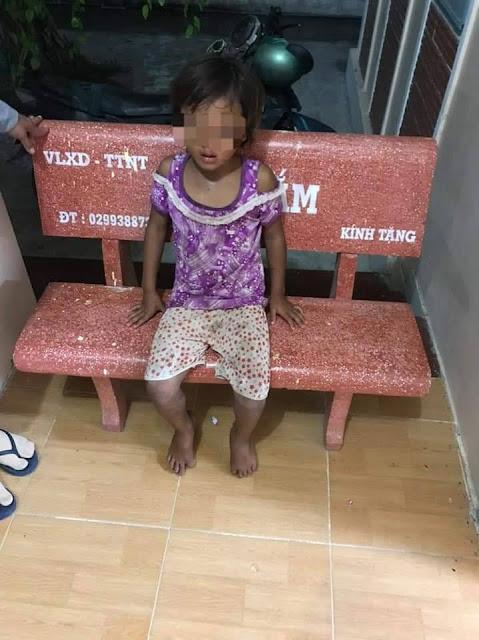 Clip bé 5 tuổi đổ cát vào gạo, cha ruột đánh con không thương tiếc