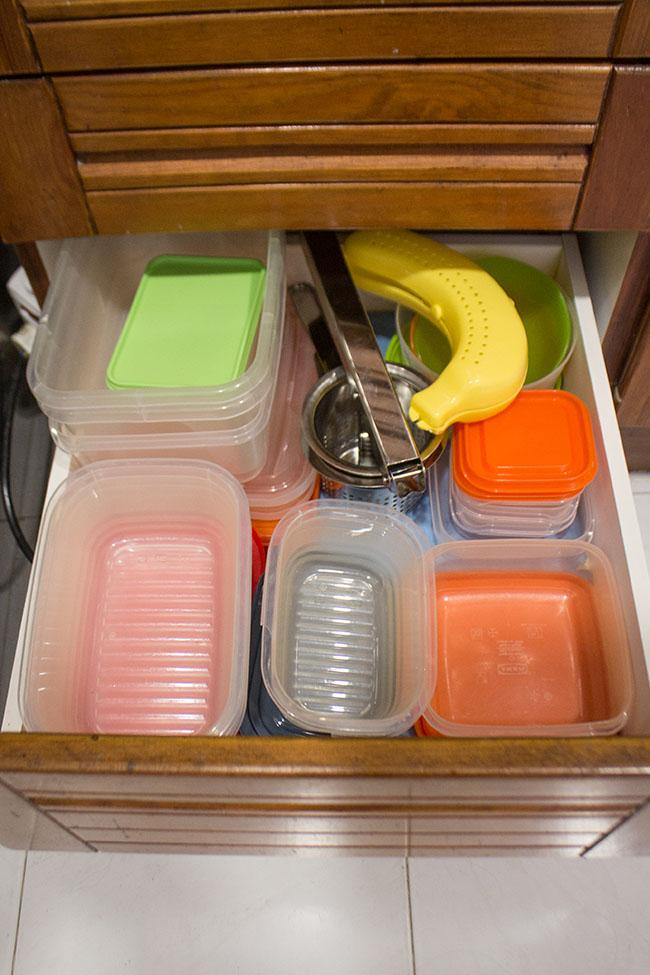 Como organizar potes de plástico