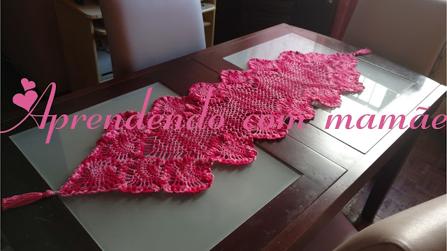 trilho de mesa pink, toalha feita em crochê, tassel