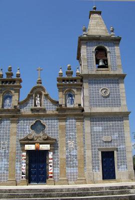 FAchada de igreja com azulejos