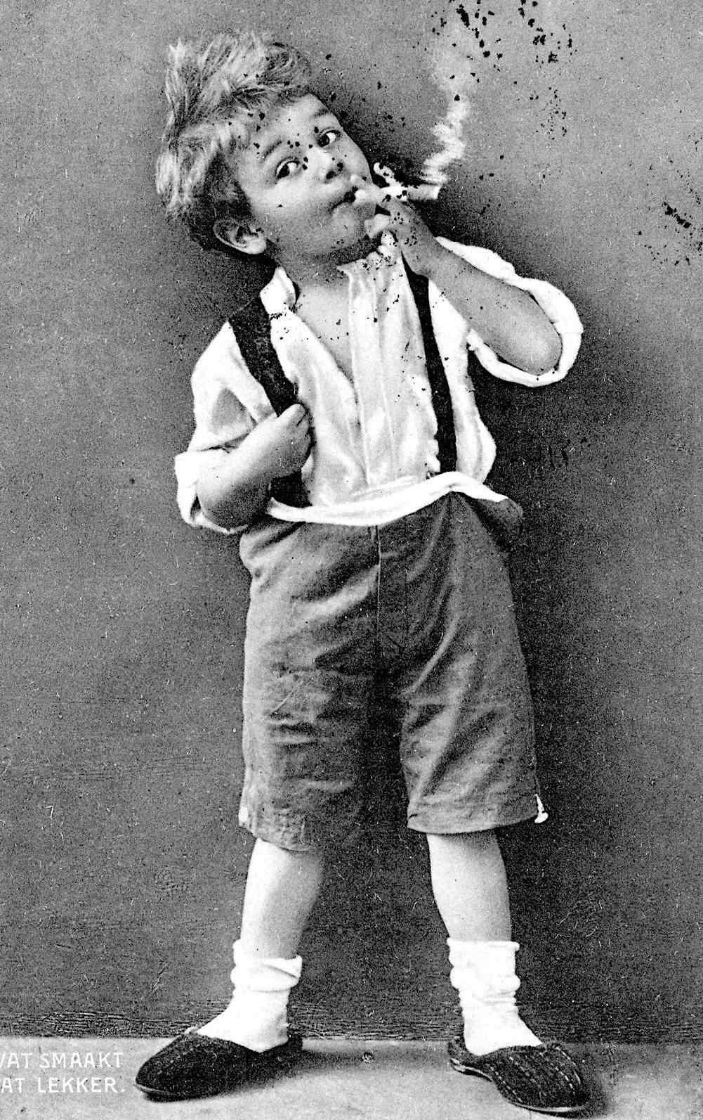 1912 Dutch tobacco advertisement, What smaakt dat Lekker, a little boy smoking
