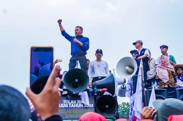Obon Tabroni Temui Massa Aksi Buruh di DPRRI