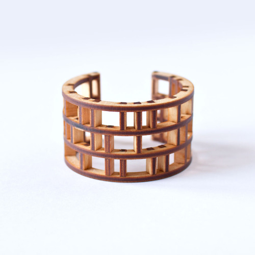 Diseño de brazalete con madera