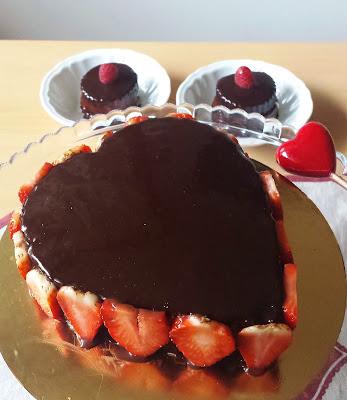 torta al cioccolato con crema la latte e glassa a specchio al cacao