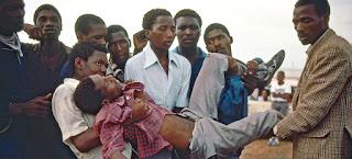 في آذار 1985 هاجمت قوات الأمن في جنوب أفريقيا متظاهرين مسالمين ضد الفصل العنصري في بلدة لانغا في أويتينهاغي.
