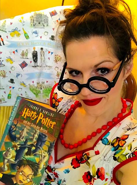 Gudrun Bluemel mit einem buch von harry potter der steien der weisen von Joanne k Rowling in einem kleid von lady vintage isabella dress buds of may mit harry potter brille und tragtasche von hochzeit von harry und Meghan