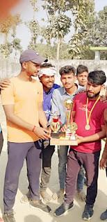 मदारपुर क्रिकेट टूर्नामेंट के फाइनल मुकाबले में बदमाश टीम बनी विजेता  | #NayaSaberaNetwork