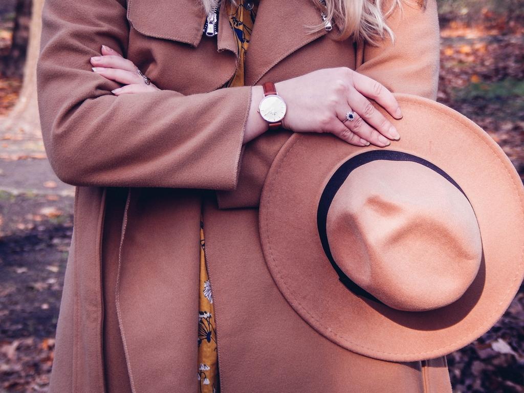 1 beżowy wiązany płaszcz na jesień wiosnę zimę beżowy kapelusz jak nosić kapelusz sukienka na jesień żółta w kwiaty zegarek daniel wellington kod rabatowy promocje rosegal zaful opinie moda fashion blogerka łódź