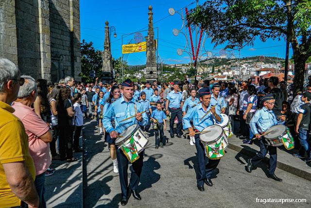 Desfile de grupos de bombo na festa de São Gonçalo do Amarante, Portugal