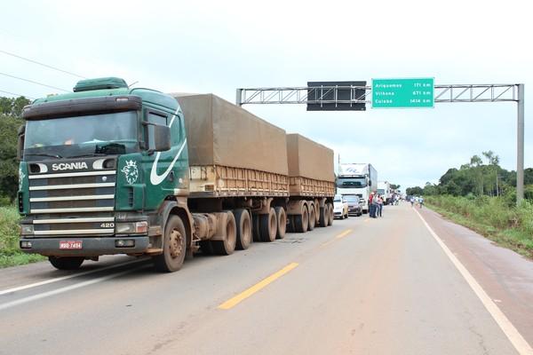 Congestionamento se formou na rodovia após bloqueio (Foto: Hosana Morais/G1)