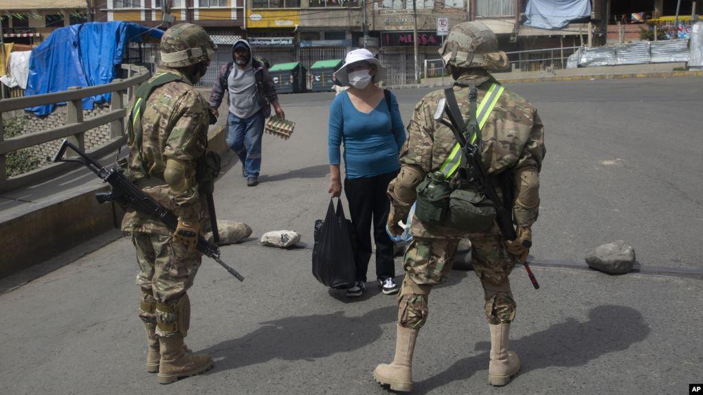 Los policías y militares refuerzan los controles para evitar que la población salga de sus domicilios y cumplan con la cuarentena total / AP