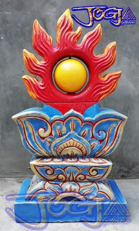 Bola api NAGA pasangan dari sebuah patung naga hijau