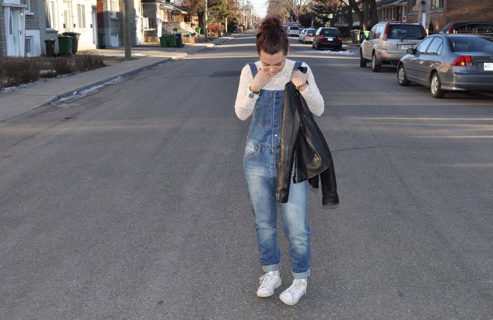 Outfit salopette en jean et haut dentelle$