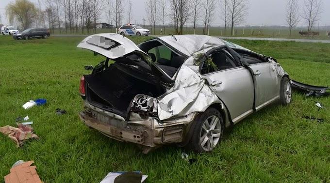 Szeghalomnál lesodródott, Bélmegyernél fának ütközött egy autó