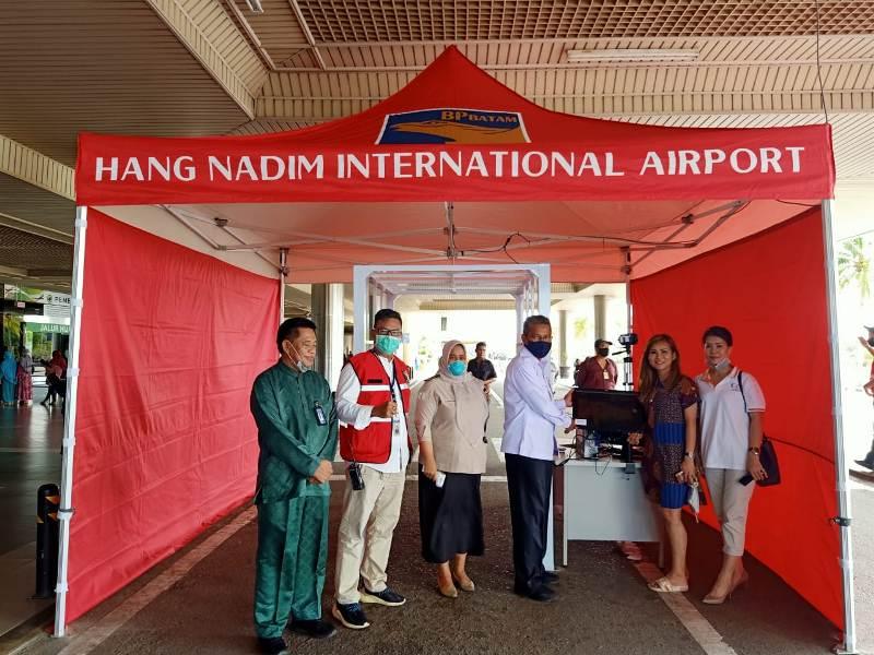 International Business Association Serahkan Bantuan Alat Pemindai Suhu Tubuh untuk Bandara Hang Nadim Batam