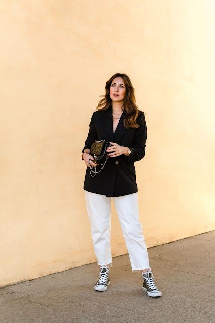 Fashion South con blazer de cuadros, vaqueros blancos y Converse