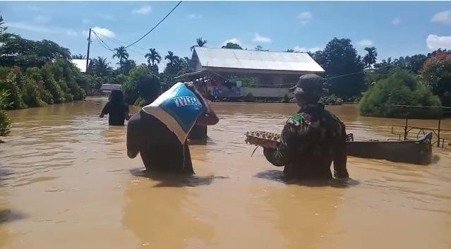 Petugas Berjibaku Salurkan Bantuan Sembako Terhadap Korban Banjir Di Langsa