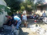 Masyarakat Bersama Babinsa Gotong Royong Bersihkan Jalan