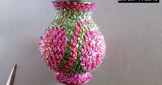 Kerajinan Vas Bunga dari Sedotan