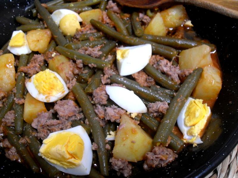 Judías verdes redondas con patatas, atún y huevo cocido.