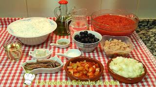 Receta de cocas de pan con tomate y atún