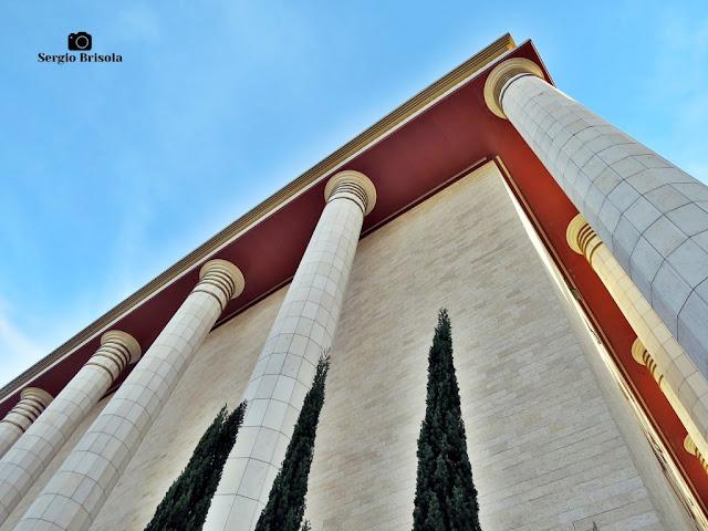 Perspectiva inferior das colunas externas do Templo de Salomão - Brás - São Paulo