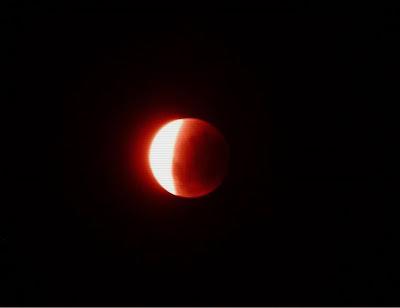 A lua fará seu espetáculo para os apaixonados nesta noite.