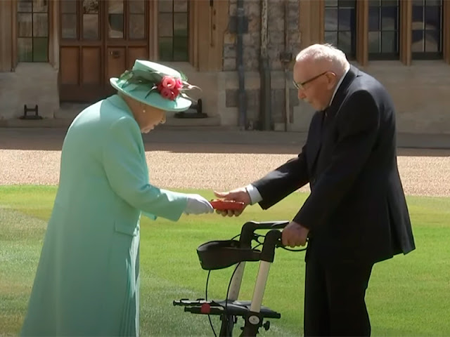 Elizabeth II knighted a 100-year-old veteran who raised more than 32 million pounds for doctors