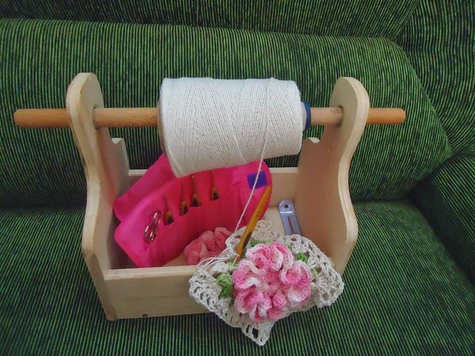 Art: way to hold your yarn while crocheting