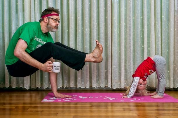 Padre e hija haciendo estiramiento.