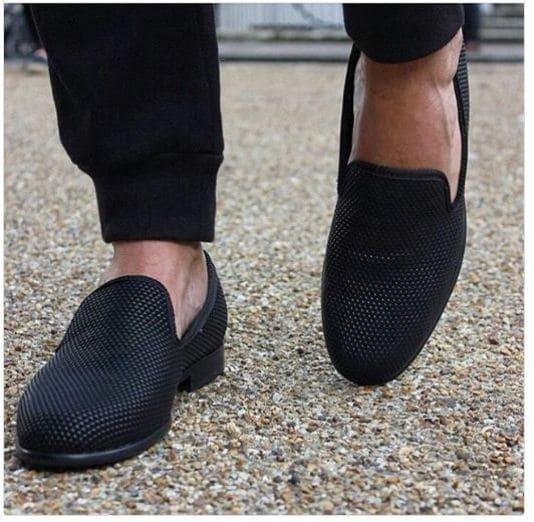 b1ef131b8 لا يُنصح الرجال المهتمين بمظهرهم بعدم ارتداء الجوارب، فإذا كنت لا تريد  إظهار الجوارب، فيُمكنك ارتداء الجوارب القصيرة والتي لا تكون مرئية فهذا أفضل  بكثير من ...