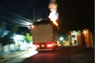 Na Paraíba: carreta pega fogo após arrastar fios no meio da rua