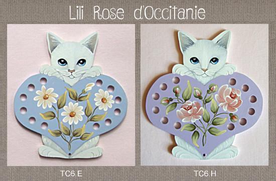 Tri-fils bois peint, chat blanc + coeurcouleur au choix et fleurs assorties. Broderie et point de croix