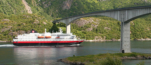 Hurtigrute MS Nordlys og Raftsundbroen