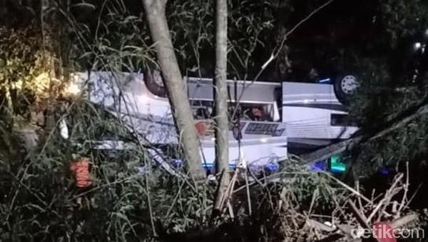 Bus Rombongan SMP Asal Subang Terperosok di Tanjakan Cae Sumedang