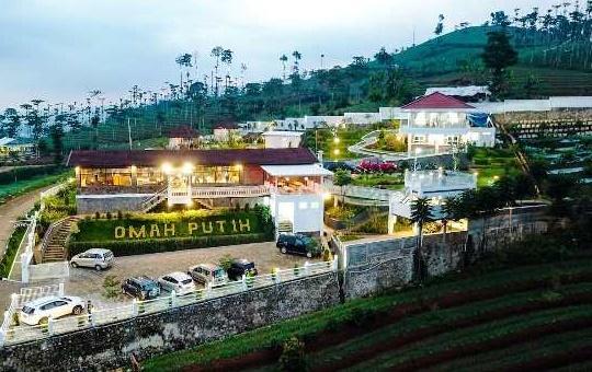 Wisata Kuliner Omah Putih Café  Jadi Tempat Favorit Pengunjung dan Paling Hits di Bandung
