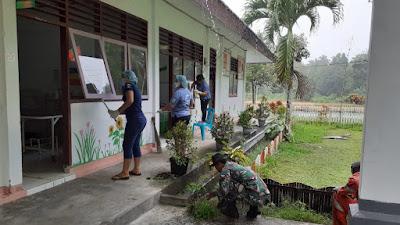 Babinsa Desa Awit Bersama Pegawai Puskesmas Lobbo, Melaksanakan Pembersihan Lingkungan Puskesmas