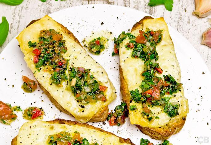 Recept: zo maak je zelf toast met provolone en chimichurri