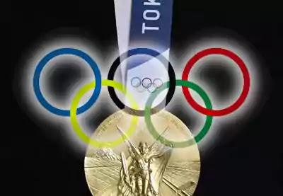 anillos olimpicos y medalla de oro tokio 2020