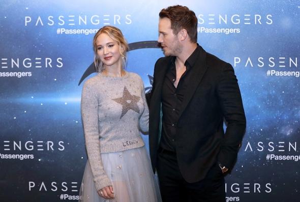 2016-11-29 ジェニファー・ローレンス(Jennifer Lawrence)パリにて開催された、クリス・プラット(Chris Pratt)共演のSF映画『Passengers』のフォトコール。