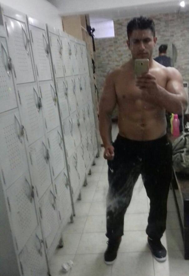 soldado desnudandose