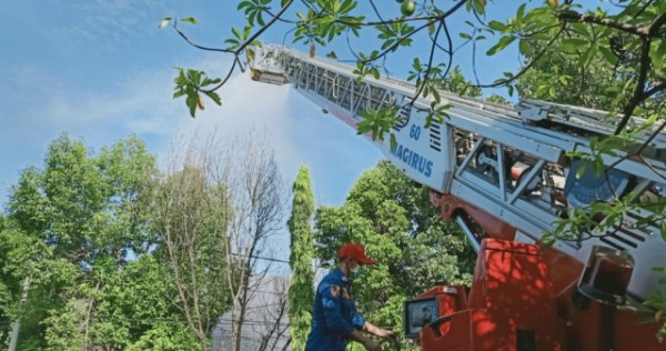 Damkar Semprot Disinfektan Pasar Kota Bojonegoro