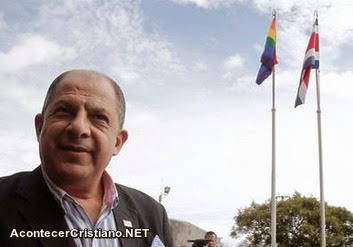 Luis Guillermo Solís iza bandera gay