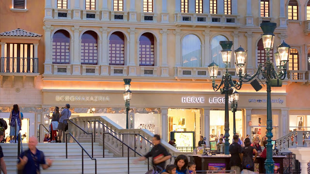 """Tại đây chỉ có 91 gian hàng bán lẻ, tuy nhiên đều có đầy đủ những thương hiệu thời trang danh tiếng nhất thế giới như Gucci, Custo Barcelona, Victoria's Secret, Christian Dior…    Ở thành phố """"ăn chơi"""" nhất nước Mỹ – Las Vegas, các tín đồ mua sắm khó lòng tiết kiệm tiền khi đặt chân đến những trung tâm như Forum Shops, Grand Canal Shoppes, Fashion Show Mall vì tại đây chúng ta sẽ luôn được chào đón bởi gần như đầy đủ những món hàng lộng lẫy và hào nhoáng nhất thế giới."""